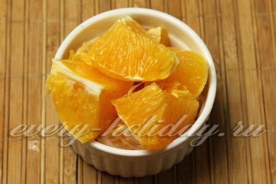 апельсины режем кусочками