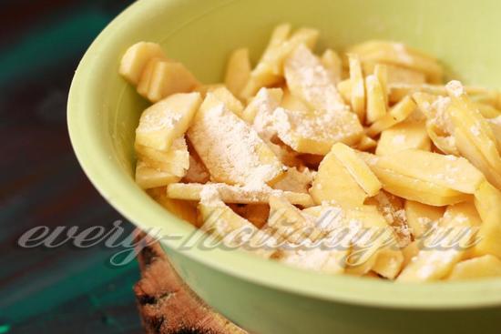 Засыпьте в тарелку с яблоками немного пшеничной муки