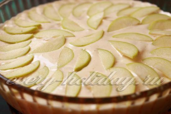 перелейте тесто, украсьте яблоками