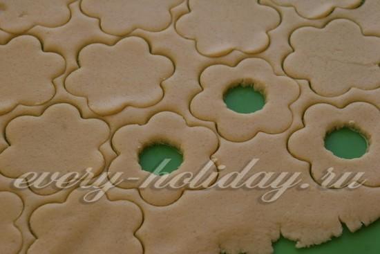В половине печенек делаем небольшие отверстия по центру
