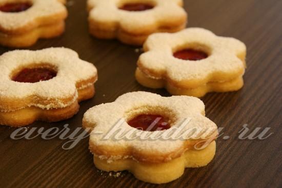 Печеньки же с отверстием обильно посыпаем сахарной пудрой