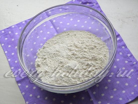 К муке добавить разрыхлитель, ваниль и половину сахара.