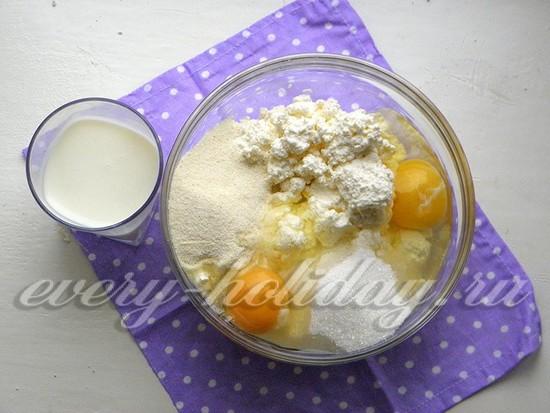 добавьте яйца, оставшийся сахар и манную крупу