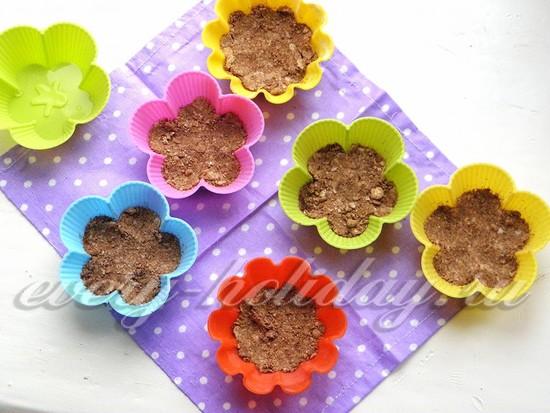В каждую форму выложите по 2 чайные ложки сухого коричневого теста