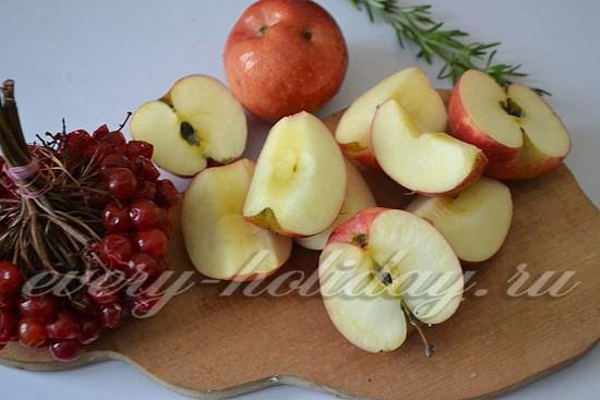 Яблоки нарежьте крупными дольками