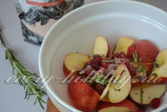 Положите яблоки в миску, добавьте немного ягод калины, розмарин и молотый перец,
