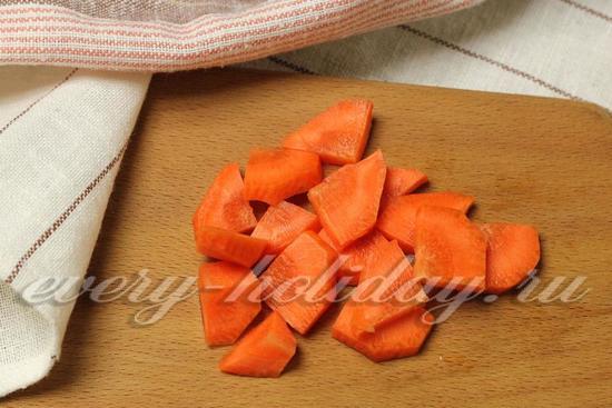 морковь режем дольками