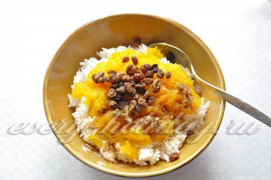 соединить рис, тыкву, влить взбитые яйца и молоко, добавить изюм