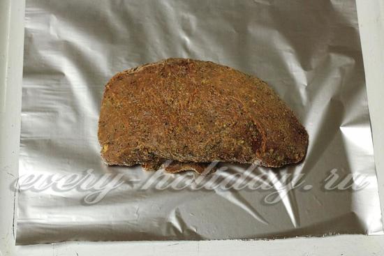 Кладем мясо на кусок фольги