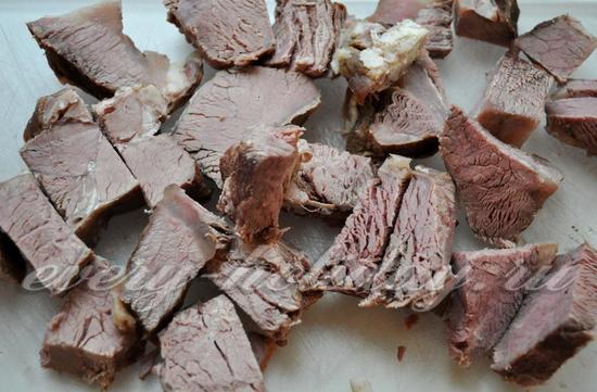 мясо нарезаем довольно крупными кусочками