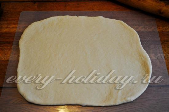 раскатываю тесто в пласт