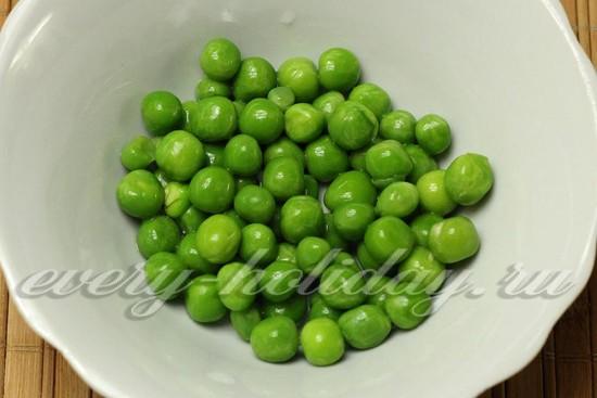 Замороженный зеленый горошек заливаем холодной водой