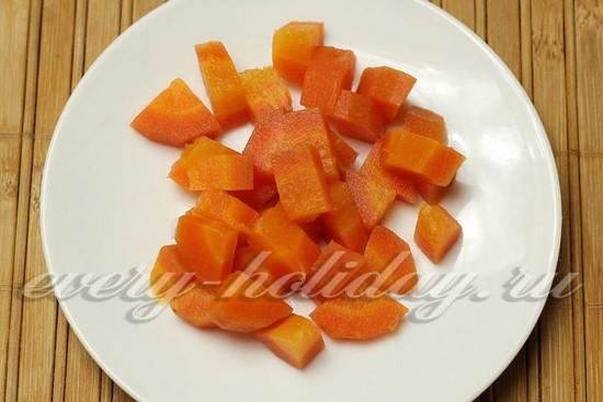 Вареную морковь режем небольшими кубиками