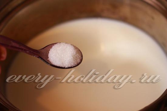 налейте все молоко и добавьте сахар