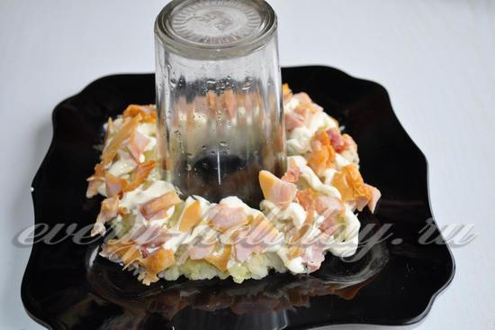 На картофель выложим кусочки куриного окорока.