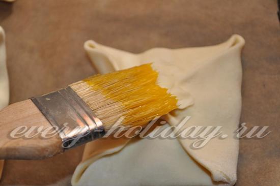 Обмазать яичным желтком