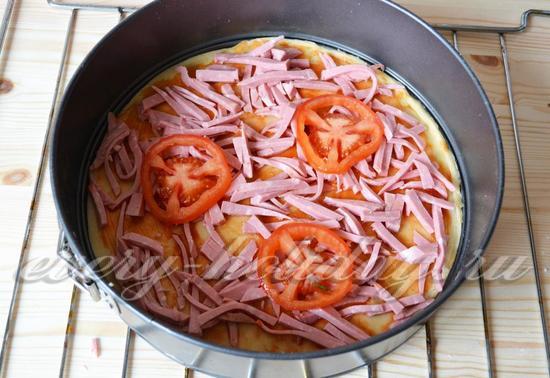 Добавляем колбасу и томаты