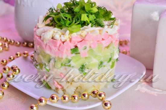 слоеный салат с колбасой и овощами рецепт