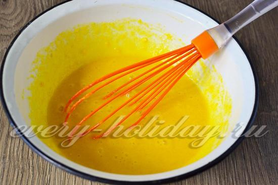 Смешаем яйца с сахаром и ванилью