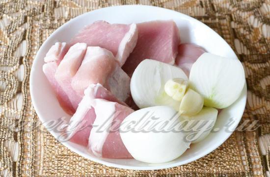 Порежем мясо и лук