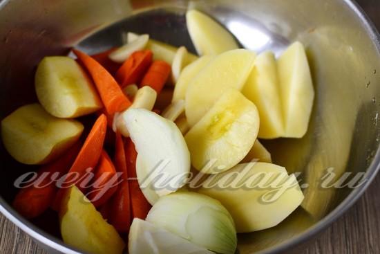 Очищаем репчатый лук, морковь, зеленое яблочко и картофелину и режем их кусочками