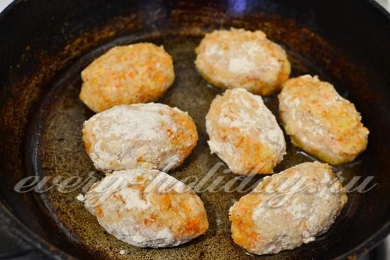 на горячую сковороду с маслом выкладываем котлетки