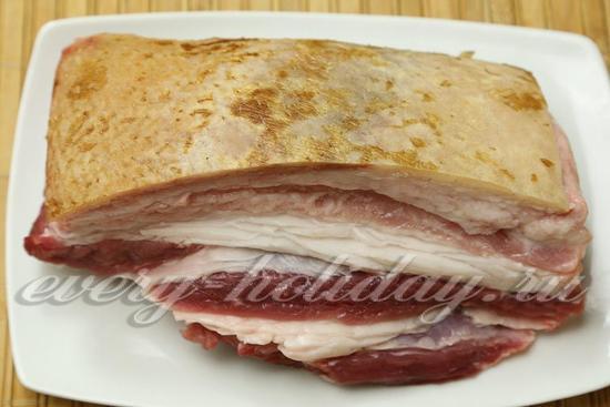 Выбранный кусок мяса нужно хорошенько поскоблить со стороны шкурки