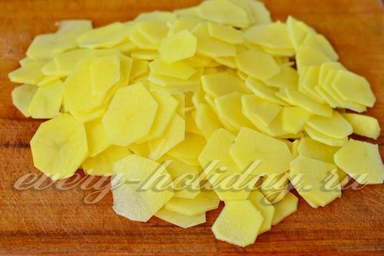 картофель нарезать ломтиками