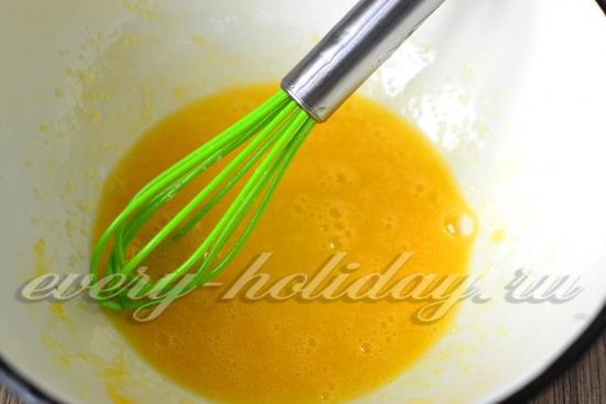 добавить к яйцам сахар