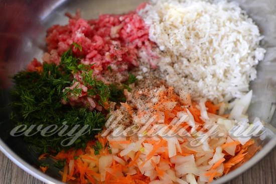 в мясной фарш добавляем нарезанный лук и зелень, морковку