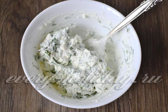 измельчаем молочный сыр со сметаной и зеленью