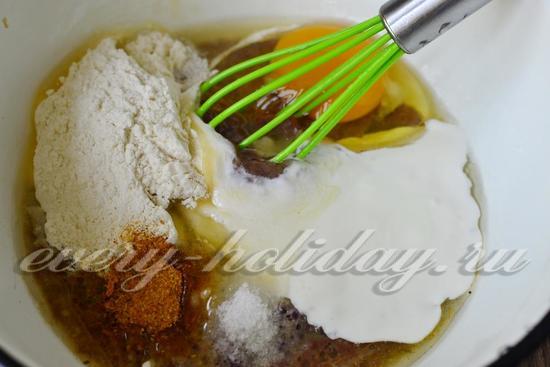 Добавляем разболтанное куриное яйцо, сметану, соль и специи, подсыпаем муку