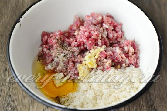 соединить рис, фарш, яйцо