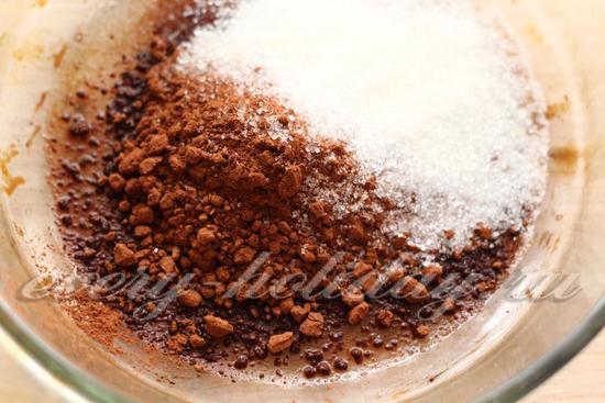 Смешать какао с сахаром