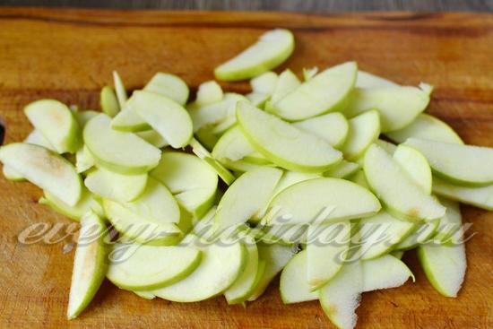 нарезаем яблоки тонкими дольками
