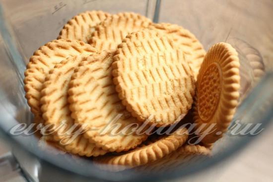 Положить печенье в блендер