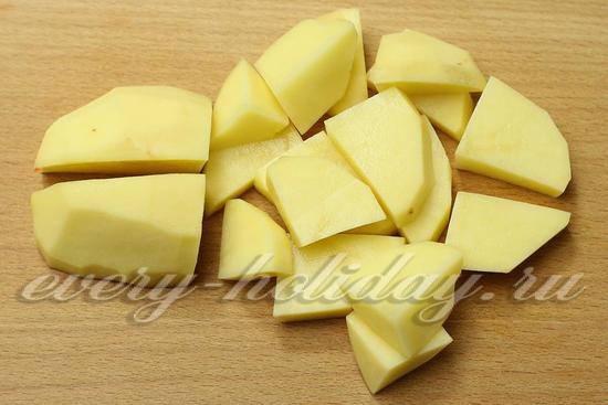 картофель нарезаем