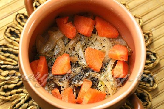 Добавить кусочки моркови