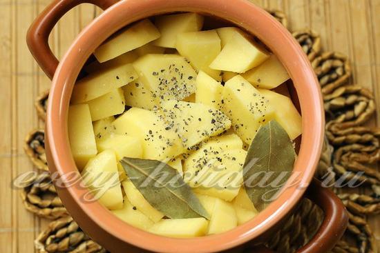 Заполнить горшочки картофелем