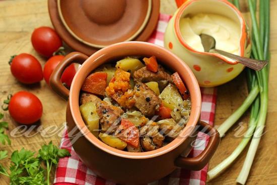 Свинина в горшочках с картофелем и тыквой