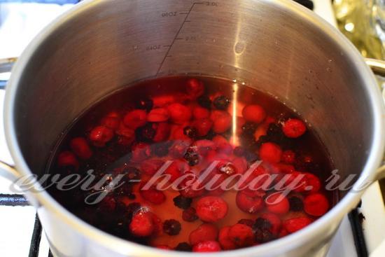 в сироп всыпать ягоды
