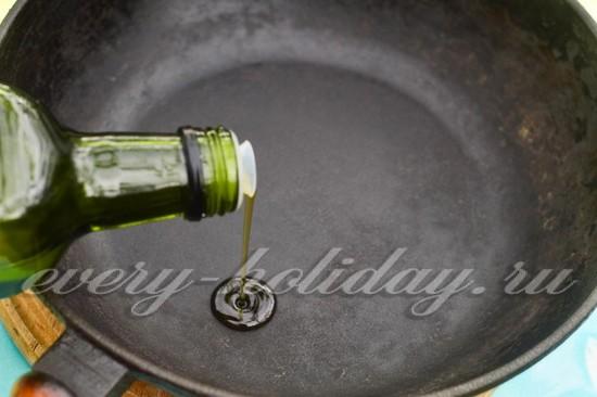 Наливаем немного кунжутного масла в сковороду