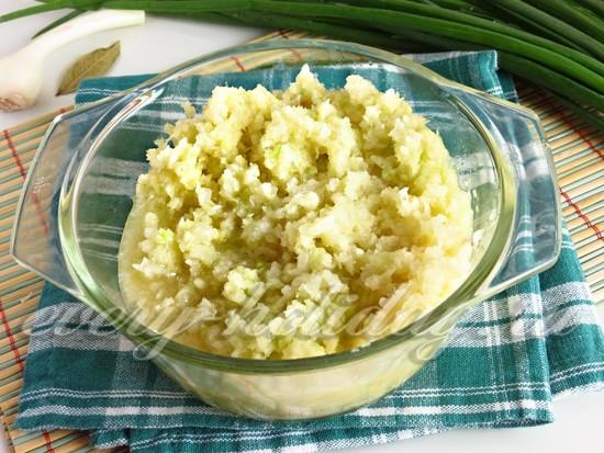 измельчите с помощью мясорубки белокочанную капусту
