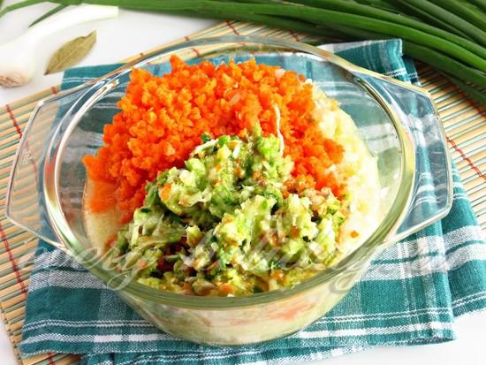 измельчить морковь, дольки чеснока и лук