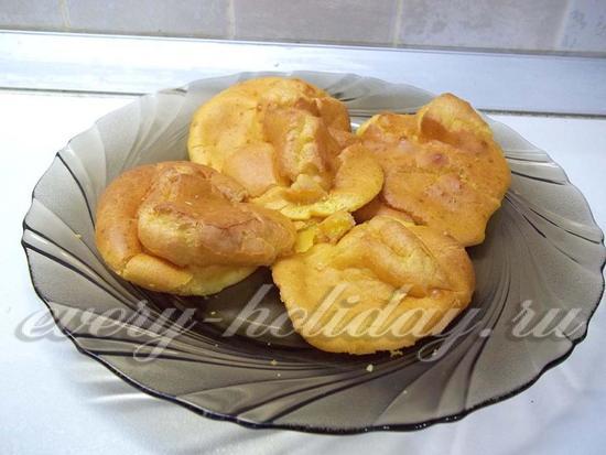 На блюдо для формирования торта выложены испеченные коржики