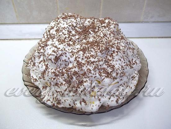 Торт присыпан шоколадной стружкой