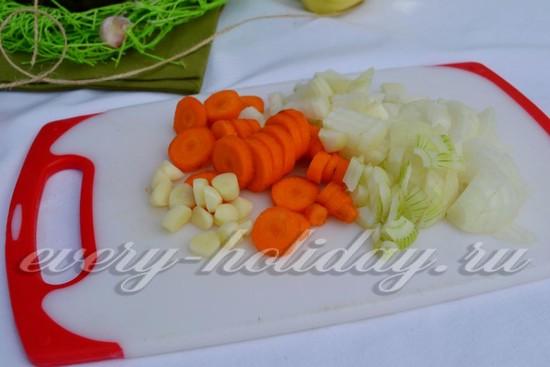 лук, морковь и чеснок нарезать