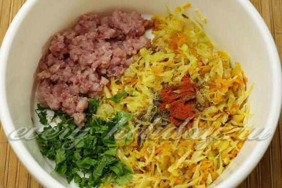 смешать мясной фарш, тушеную капусту и мелко нарезанную зелень