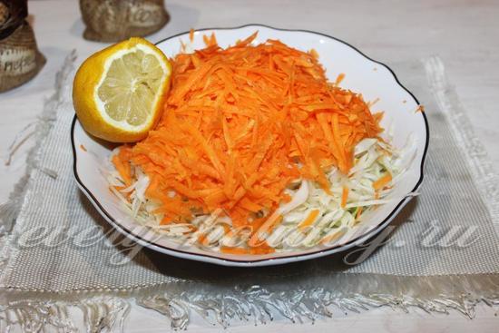 Выжимаем лимонный сок в капусту с морковью