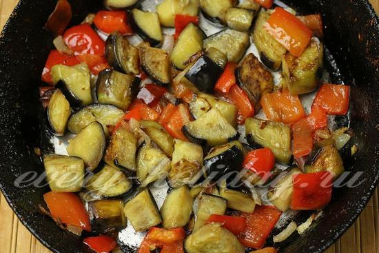 обжариваем баклажаны с овощами пять минут